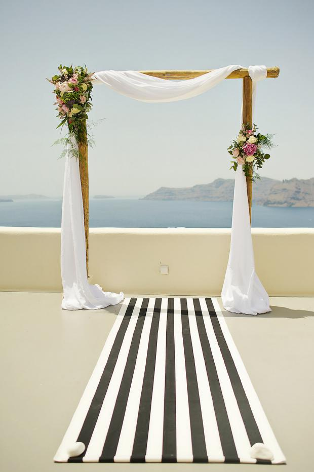 Black & white wedding aisle