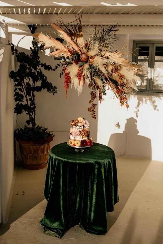 Wedding cake - moody wedding