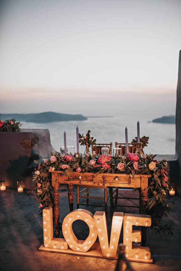 Wedding reception in Santorini-maequee love sign