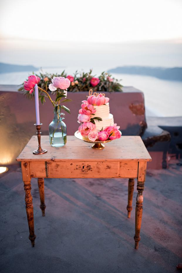 Vintage chic cake table