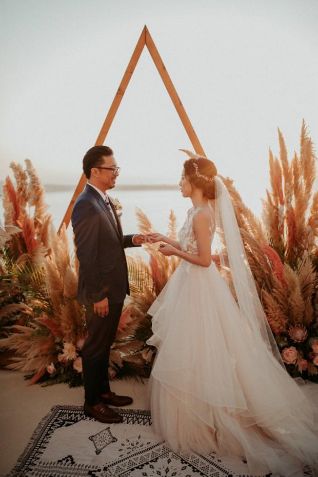Pink pampas grass wedding ceremony- Europe  microweddi