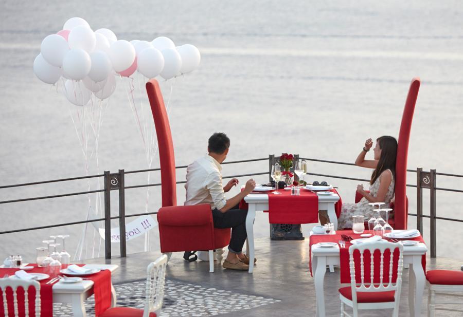 Marriage proposal in Santorini